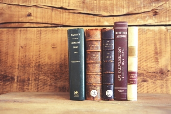 2015_04_Life-of-Pix-free-stock-old-books-wooden-shelves-leeroy